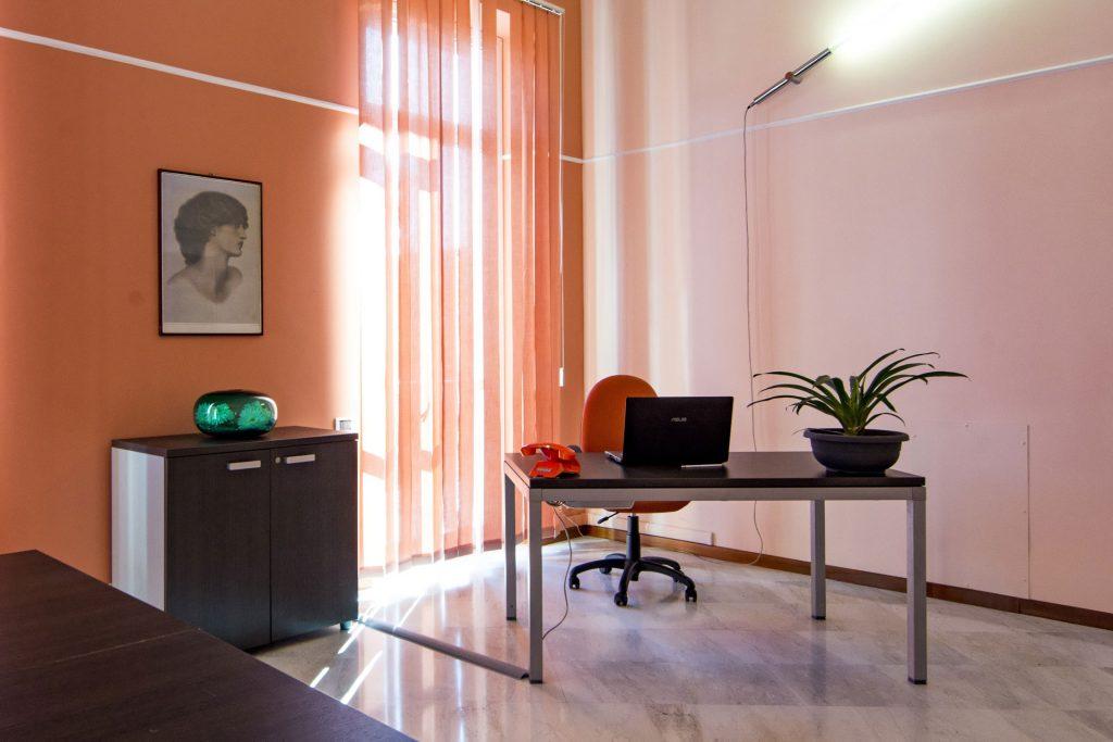 Ufficio con postazioni separate a Novara