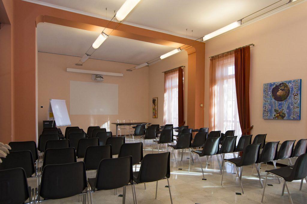 sala congressi configurata con sedie tipo platea 50 o 60 posti
