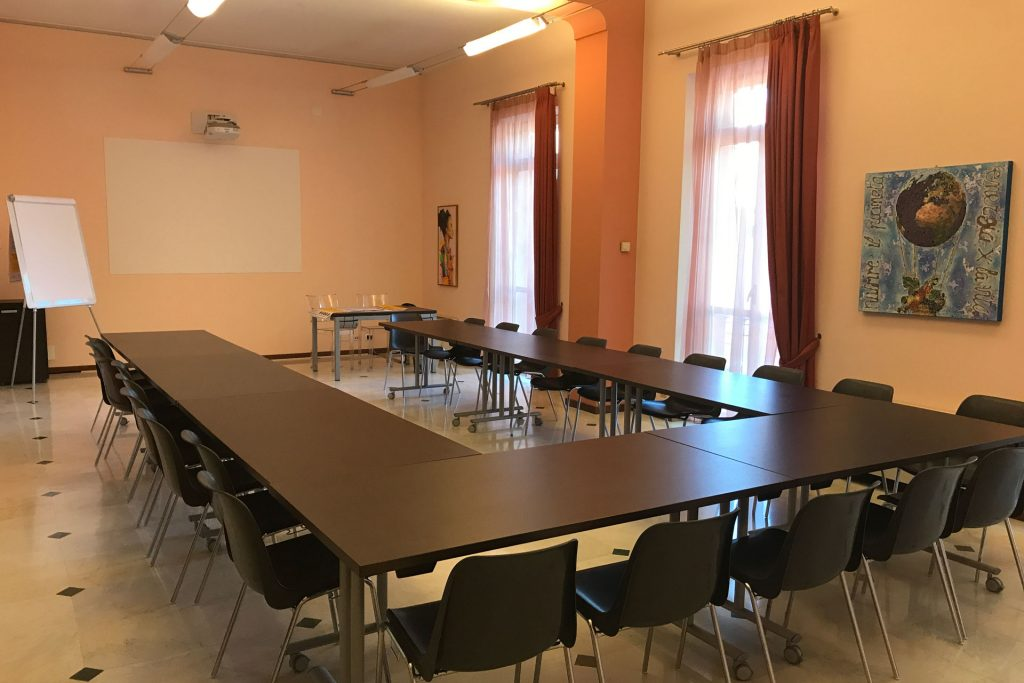 sala meeting Novara configurata a ferro di cavallo