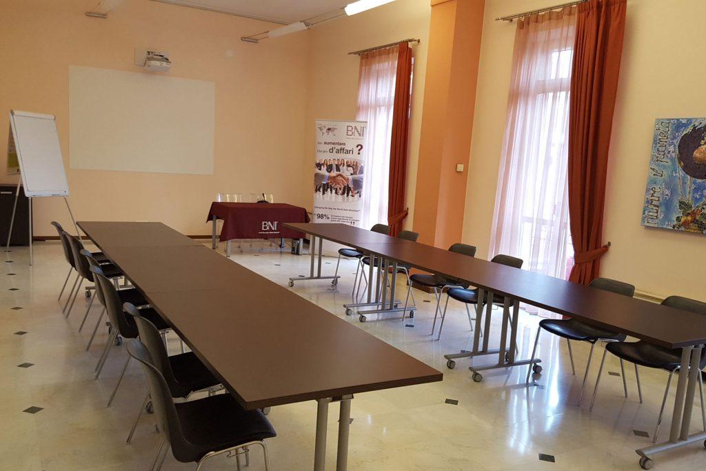 Sala riunioni Novara tavoli frontali