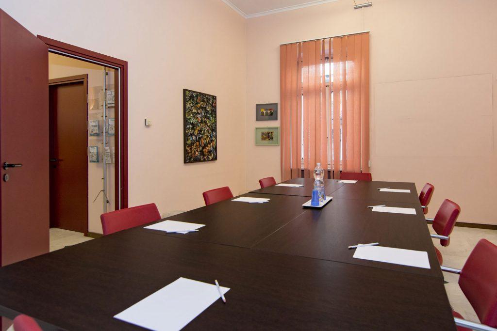 sala riunuini con tavoli uniti a Novara
